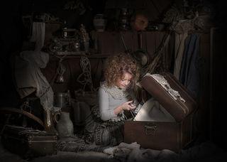 Бабушкин чердак всегда  таинственное и манящее  место. Так притягивает втайне от родителей забраться  и окунуться  в мир фантазий и  сказок, разглядывая старые вещи в сундуке...Там всегда темно и прохладно и жутко интересно...Попав на чердак, Даша забыла обо всем...время пролетело незаметно и детский сон одолел маленькую девочку...Мама нашла дочку, уснувшую прямо на сундучке, среди старинных вещей. Легонько разбудила ее и поведала увлекательные истории о старых предметах , что нашла девочка в сундуке...