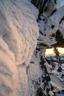 03 Солнце, не дожидаясь заката, спряталось в облачность у горизонта, и золотистый рассеянный свет обрисовал снежные заструги на скальных выходах, ...