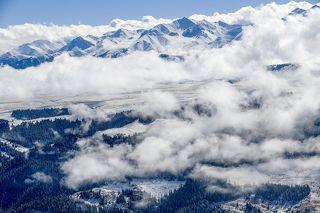 Северный Тянь-Шань образуют две горные системы - Заилийский Алатау и Кунгей-Алатоо