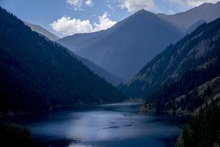 Нижний Кольсай находится на высоте 1818 метров над уровнем моря