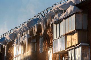 01 Снежные карнизы и сосульки на крышах понемногу исчезают только из больших городов. В небольших же городках и посёлках это и сейчас не редкость ...