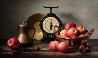С яблоками и красным виноградом