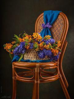 С букетом цветов на стуле