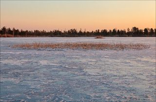 Мартовский восход на лесном озере
