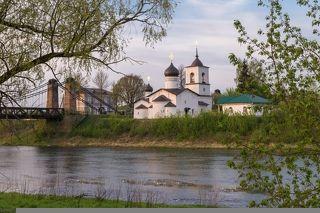 Церковь Николая Чудотворца (1543 г) и цепной мост (1853 г).  Церковь расположена на небольшом острове, омываемом с двух сторон рекой Великой. В древности здесь была крепость, от которой местами сохранились руины каменных стен.
