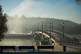 Мост к светодинамическому фонтану. Посдледний день работы светодинамического фонтана перед консервацией на зиму.