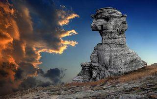 Cаммит стихий на Демерджи в Крыму. Побывать в Крыму и не посетить Долину Привидений на горе Демерджи - это непростительно – самое красивое, таинственное и притягательное место на полуострове. Причудливые каменные изваяния, на протяжении миллионов лет, создавались самым искусным творцом прекрасного – Природой. Возраст скальной породы Демерджи очень древний и составляет около одного миллиарда лет. Такого больше нет нигде в мире. Извилистый подъем на Демерджи, через дебри каменного хаоса в жаркую погоду тяжеловат, однако гора обладает настолько мощной, заряжающей энергетикой, что усталость по мере продвижения в гору незаметно сменяется ощущением бодрости и оживления. Именно энергетическая заряженность и тянет многих альпинистов в горы. Исследователи паранормальных явлений признали, что Долина Привидений – самая настоящая аномальная зона, ставшая местом паломничества людей, обладающих экстрасенсорными способностями. Долина является для них мощным источником энергии для подзарядки.
