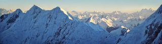 На переднем плане южный гребень пика Дзержинского. За ним — Памир до горизонта и Таджикистан.