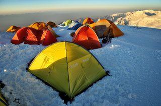 Палатки Лагеря 3. Внизу в дымке — Алайская долина. Перепад высоты от долины до точки съёмки — 3000+.