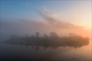 Туманное утро на повороте реки