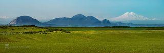 Горы Кавминводы (слева на право: гора Змейка, Бештау, Развалка, немного виднеется Острогорка, Шёлудивая) и справа белоснежный Эльбрус.