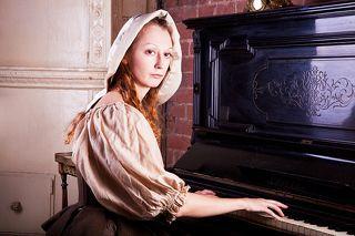 Одним тёмным зимним вечером Анна сидела дома...