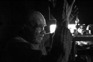 На этих фотографиях Володя уже почти ничего не видит, различает лишь светлые пятна. Тяжелая жизнь на свалке и зачастую выпивка всего, что горит окончательно убили его зрение.  Работники полигона несколько раз отвозили Лешего в приют-ночлежку, но он всегда сбегал от туда максимум через неделю и возвращался опять на свалку. Мотивировал тем, что ему там нечем заниматься. Вокруг своей землянки он ходил уже почти на ощупь, а если уходил далеко, то свистел в свисток чтобы его отвели обратно. Когда-то суровый мужик превратился в безпомощного щенка. Вечером 23 февраля 2010 года я вышел из его землянки. Володя крикнул мне вслед — \