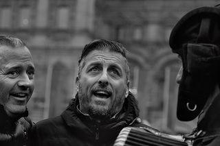 7 ноября, Красная площадь. Выставка   военной техники 30-40х годов. Звучат песни военных лет. Два итальянца под боян танкиста исполняют  Неаполитанскую песню \