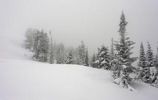01 Горнопляжную погоду на горе Зелёной сменили снегопады и облака, зацепившиеся за вершину