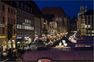 За четыре недели до Рождества в городах Германии начинают работать Рождественские ярмарки. Самая старая и известная ярмарка - в Нюрнберге. На главнай рыночной площади устанавливается около 200 шатров с игрушками, украшениями и всякими вкусностями.