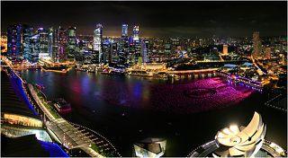 За 20 сингапурских долларов любой желающий может подняться на смотровую площадку и оттуда немного позавидовать гостям отеля.