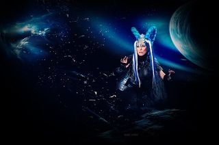 Её галактика в опасности, когда ты не веришь в добро. Она собирает новую модель Человечества из осколков снов. Горизонты надежд сходятся под новым углом и ей кажется, что кто-то живой и настоящий снова рядом в этой нереальной реальности. - (с) Анна Бергстрем (Фрида)