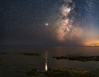 отражение юпитера, млечный путь над пляжем Меганом