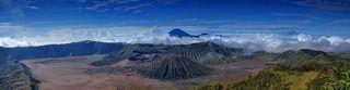 Вид на группу вулканов кальдеры Тенгер (Tengger), вулкан Бромо и Семеру
