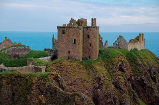В каждый период истории Шотландии что-то было связано с этим замком.  Первые упоминания о поселении на месте замка датируются бронзовым веком, а уже в 7 веке нашей эры на этом утесе были пиктские укрепления. Отсюда и название – «Дан» что на языке пиктов означает укрепление.