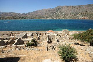 Из-за постоянных пиратских нападений с середины 7-ого века до середины 15-го века Элунда и большая часть прилегающей к ней территории были практически безлюдны. Когда же Крит попал в руки к венецианцам, и они открыли здесь добычу соли, район стал экономически развитым и обитаемым.