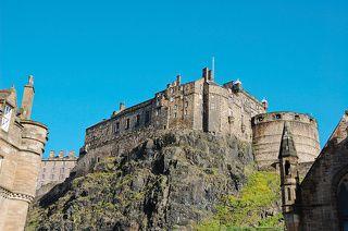 Город возник как поселение вокруг замка, возвышающегося на отвесной 133-метровой базальтовой скале, бывшей когда-то вулканом. В V в. пикты, коренные жители Шотландии, возвели на этой скале укрепления, которыми через два столетия завладели саксы.