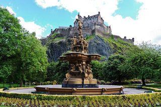 До XI в. город входил в состав могущественного англосаксонского королевства Нортумбрия. Первоначально он назывался Данэдин. что по-кельтски означает «крепость, стоящая на склонах гряды», затем — Эдвинсбург (по имени нортумбрийского короля Эдвина) и лишь в последствии — Эдинбург. Эдинбург начал быстро расти и развиваться в XII в. — когда Давид I перевел королевский двор из Данфермлина в Эдинбургский замок и построил в окрестностях церковь Святого Распятия, — а после возникновения в XIII в. Парламента Шотландии за Эдинбургом окончательно закрепился статус столицы.