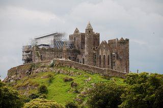 Скала Кэшел - это укрепленное аббатство в графстве Типперэри региона Нижний Шаннон, свыше 700 лет являлось троном королей Мюнстера, чьи владения занимали почти всю южную Ирландию. В 1101 г. они передали Кэшел церкви, и аббатство процветало как религиозный центр до осады армией Кромвеля в 1647 г. Аббатство окончательно покинули в XVIII веке.