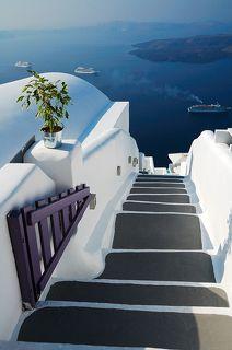 Каких только лестниц не предлагают городки острова Санторини: