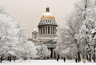 Исаакиевский собор пасмурным зимним днём.