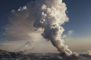 Парогазовая колонна с пеплом поднимается до 3-4 км.