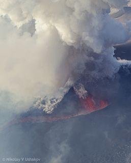 В кратере вулкана непрерывно фонтанируеи лава, грохотом и взрывами на высоту около 300 м.
