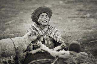 vendedora de souvenirs cerca del antiguo Camino Inca