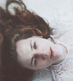 По  ночам,  когда  бессонница  втыкала иголки в веки, ей хотелось быть обычной, ничем не привлекательной женщиной. Ей, заключенной  в  четырех стенах комнаты, все казалось враждебным.