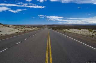 Характерными особенностями Патагонии являются огромные расстояния: она простирается на 2000 км к югу от реки Рио-Колорадо вплоть до пролива Дрейка.  На аргентинской территории доминирует так называемая Патагонская пустыня - обширные равнины, покрытые слоем гравия и почти не имеющие растительности.  Такой однообразный пейзаж будет мелькать (если вы едете по асфальту) или медленно проплывать (если вы движетесь по гравийной дороге) за окнами часами и даже днями.  Зачастую расстояние до следующей заправки превышает 300 км. К тому же, она может быть закрыта. Видимость на открытых пространствах достигает десятков километров.  Если вы едете ночью, от замеченного света фар встречного транспорта вдалеке до проезжающего по встречной полосе автомобиля запросто может пройти 10-15 минут.