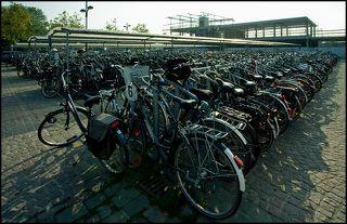 Велосипеды, велосипеды...  Стоянка двухколесных у городского вокзала.