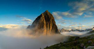После довольно длительного подъема вдруг неожиданно сквозь облака пробивается красавица вершина.