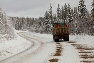 Используя НАНО технологии и спец. машины: грузовик и две лопаты, в этом году встретили как обычно внезапно начавшуюся зиму, правда пока снег не выпал было топливо для грейдеров которые могли чистить дорогу, а как он выпал то топливозаправщик \