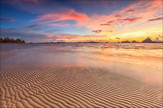 влажный теплый закат, нежность безупречного песка..
