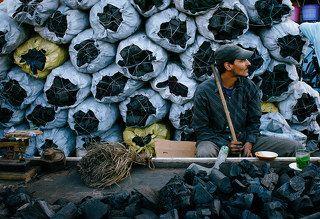 Продавец угля в Касабланке  Почти вся готовка в Марокко стоит на таком угле.