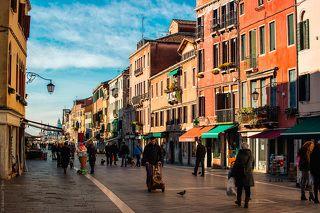 Город лишен автомобилей и велосипедов. Живя там некоторое время, понимаешь насколько автомобили выматывают и вносят в жизнь тревогу. Венеция лишена этого недостатка индустриального развития, к счастью.