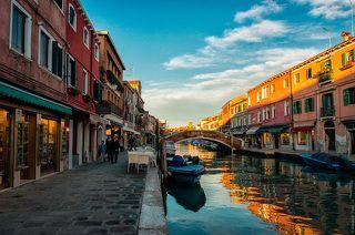 Остров Мурано, поразил своим спокойствием и умиротворением.  Один из крупных островов Венецианской лагуны. Находится в двух километрах к северу от острова Риальто. Зачастую остров называют «малой Венецией». Остров соединён с центральной частью Венеции с помощью линий вапоретто. Начиная с XVI века остров был местом развлечения венецианцев. На острове размещались виллы, сады, фонтаны