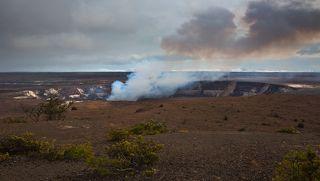 1.Было это в прошлом году. Прочитав в Интернете о том, что на Большом Острове Гавайского архипелага находится  Мауна-Лоа ( в переводе с гавайского -  длинная гора) - один из самых активных вулканов на Земле, мы отправились на Гавайи – фотографировать вулканы, коих на Большом острове довольно много, включая и подводные.