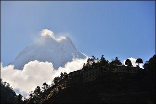 Храм с школой в деревне Ло, Непал. На заднем фоне один из восьметысячников - Манаслу.