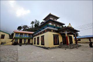 Сам храм расположен приблизительно на высоте 3300 метров. Постоянно там живут монахи и дети которые ходят в школу при монастыре
