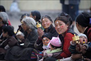 Типичные представители приграничной с Китаем территории - Тибетцы. Должен добавить что люди они очень простые, открытые и улыбчивые.
