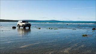 Берег Рыбачего полуострова. На заднем плане - берег Норвегии.