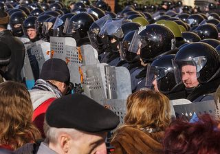 Милиция, как всегда, с народом; пока те и другие просто стоят вместе...