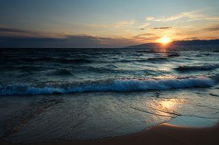 Славное море, священный Байкал... Эй, баргузин, пошевеливай вал...  Но это не баргузин. Баргузин - восточный ветер, а эта волна с запада.